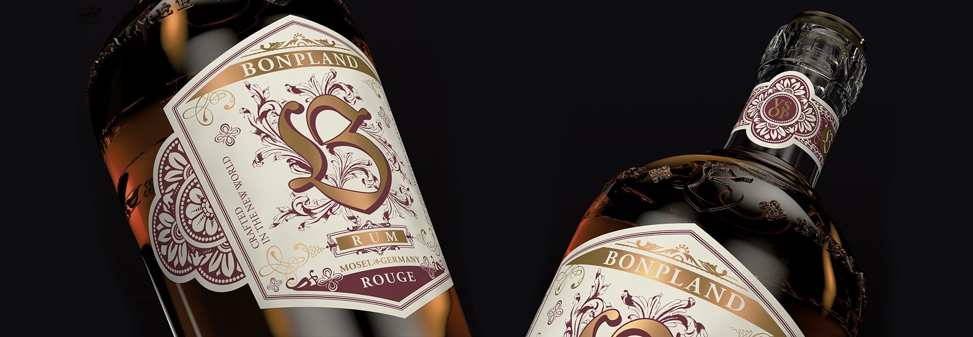 Zwei Detailaufnahmen der Bonpland Rum Rouge Flasche